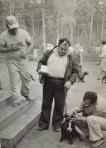 Kovelon mätsärissä 1977 Leo Virtanen staffi Tikun kanssa, portailla staffiyhdistyksen pj Matti Saurio. Tuomari J. A. U. Yrjölä katsoo Tikun hampaita.