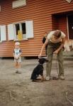 Kennelpiirin ja KSKK:n nuorisleiri 1983 Kovelossa; Auli Kiminki ja pikku-Joonas Kiminki sekä dobberi Bertta.